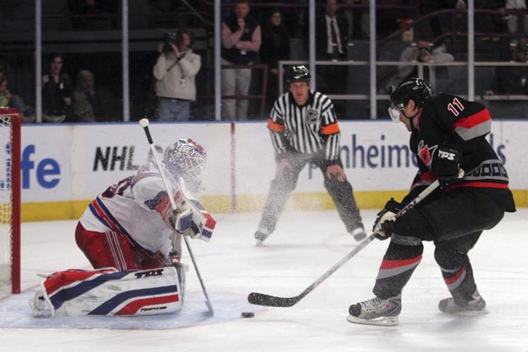 Henrik Lundqvist a repoussé les cinq lancers qu'il a affrontés en... (Photo: AP)