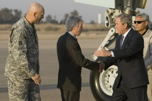 À son arrivé à l'aéroport, le président Bush... (Photo: AP)