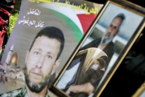 Un Palestinienne attend la libération de certains membres... (Photo: AP)