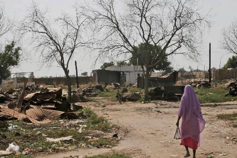 Une femme se promène à travers son village... (Photo: AP)