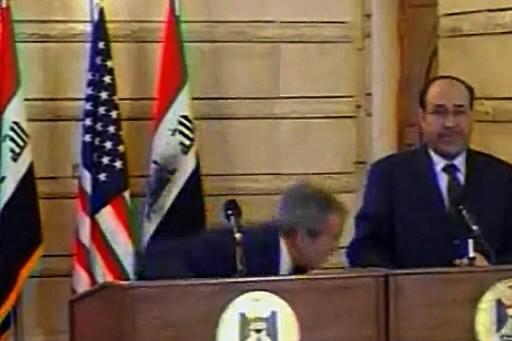 George W. Bush a esquivé la chaussure.... (Photo: AFP)