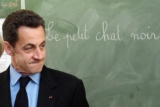 Nicolas Sarkozy dans une classe en France.... (Photo: AFP)