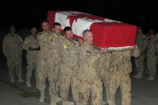 C'est dans des cercueils drapés de l'unifolié que... (Photo La Presse Canadienne)