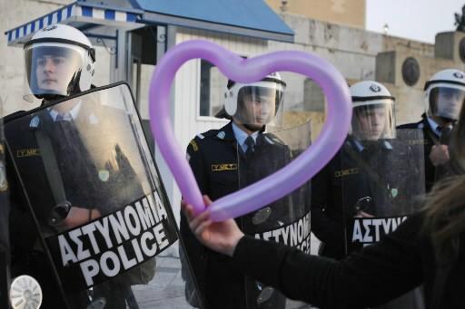 Une manifestante tient un ballon en forme de... (Photo: AP)