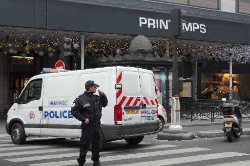 Un policier devant le magasin Printemps... (Photo: AFP)