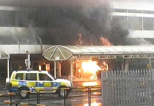 Un véhicule en flammes à l'aéroport de Glasgow.... (Photo: AP)