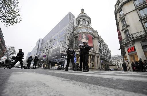 Des policiers surveillent devant le magasin Printemps de... (Photo: AFP)
