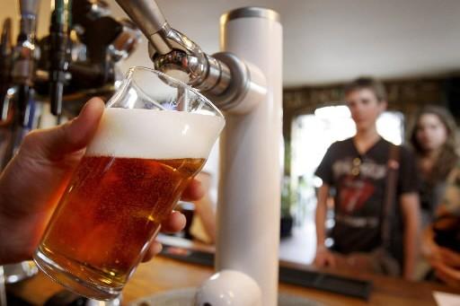 Une pinte de bière est servie dans un... (Photo: AP)