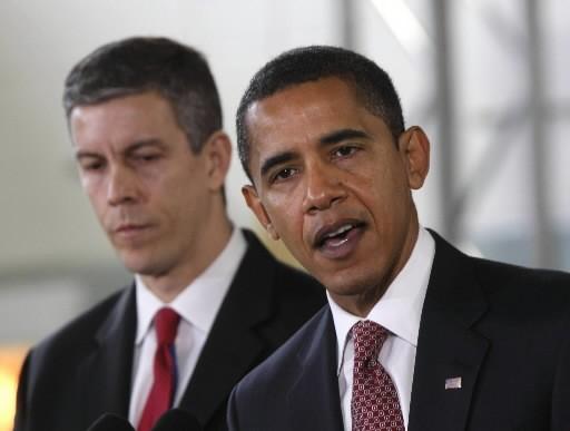 Barack Obama présente Arne Duncan.... (Photo: AP)