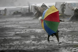 Un homme se bat avec son parapluie.... (Photo: AP)