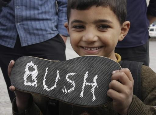 Un jeune Irakien tient un soulier où il... (Photo: AP)