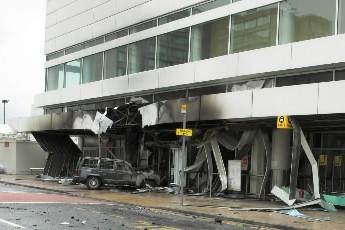 Une voiture avait été lancée sur le terminal... (Photo: AFP)