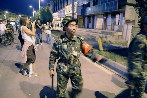 Ce policier surveille le lieu de l'attentat terroriste... (Photo: AP)