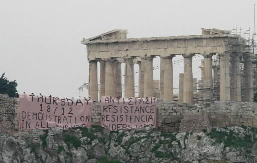 Un banderole a été accrochée près de l'Acropole.... (Photo: Reuters)
