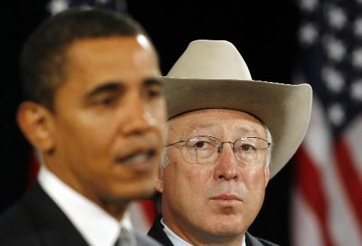 Barack Obama et Ken Salazar.... (Photo: Reuters)