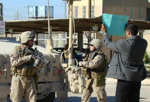 Des Marines ont été accueillis par des pancartes... (Photo: AFP)