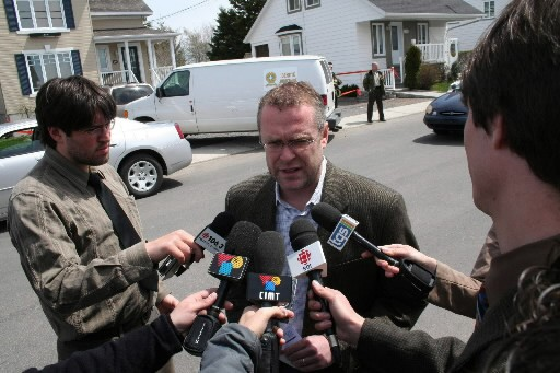 Claude Béchard parle aux journalistes à Rivière-Ouelle.... (Photo: PC)