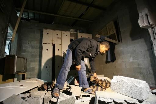 Un jeune Palestinien évalue l'ampleur des dégâts.... (Photo: AFP)