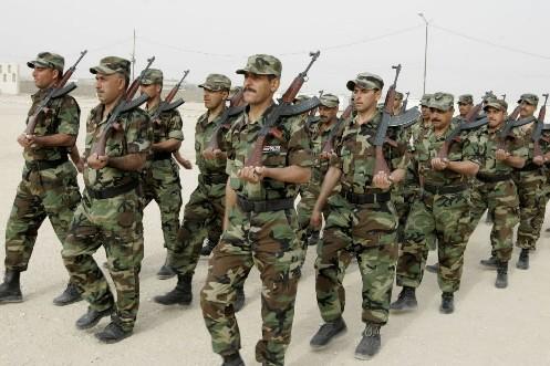 Des policiers irakiens... (Photo: Reuters)