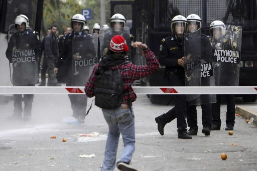 Un étudiant envoie une orage vers les policiers.... (Photo: AP)
