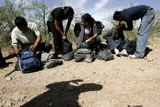 Des immigrants illégaux se font prendre par un...