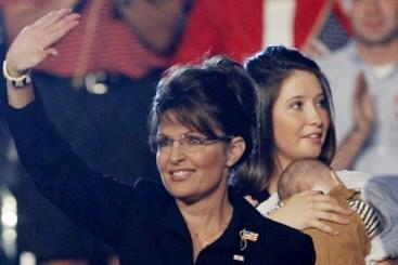 Sarah Palin et sa fille Bristol qui tient... (Photo: Reuters)