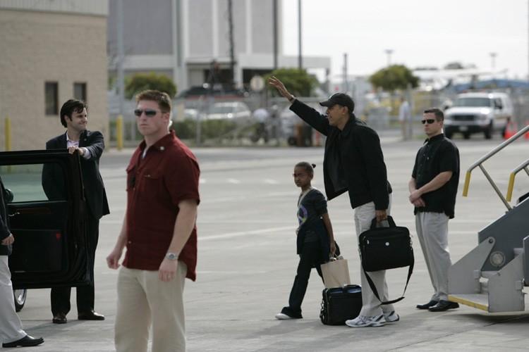 Barack Obama salue la foule qui l'accueille à... (Photo: Reuters)