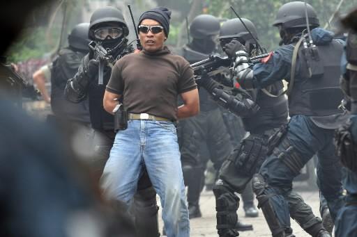 La personne arrêté n'est qu'un figurant. Il participe... (Photo: AFP)