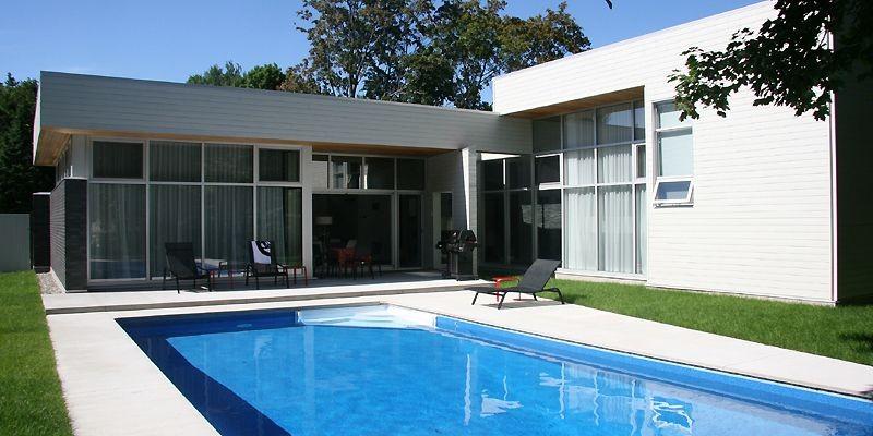 La maison en forme de «L» enserre un... (Photo: ABCP Architecture et urbanisme)
