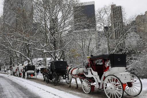 La neige, le gel et le blizzard frappaient lundi matin les... (Photo: AFP)