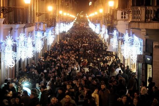 Magasinage de Noël sur la via Condotti, à... (Photo: AFP)