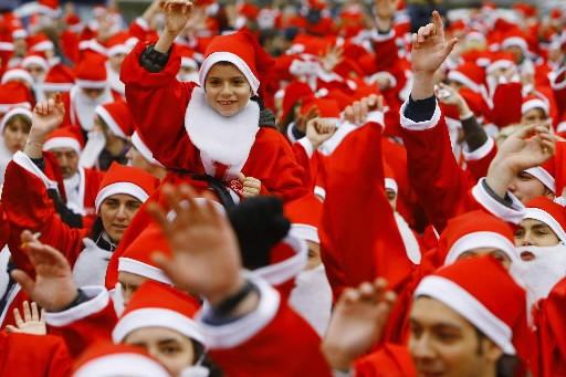 3939 personnes déguisées en pères Noëls se sont... (Photo: Reuters)