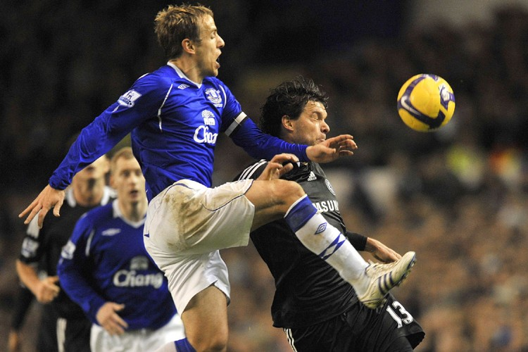Phil Neville, d'Everton, empêche Michael Ballack, de Chelsea,... (Photo: AFP)