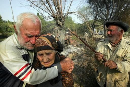 Des habitants d'Ossétie du Sud se réconfortent devant... (Photo: AFP)