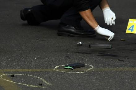 Les cadavres de huit hommes, portant des marques de torture, ont... (Photo: AP)
