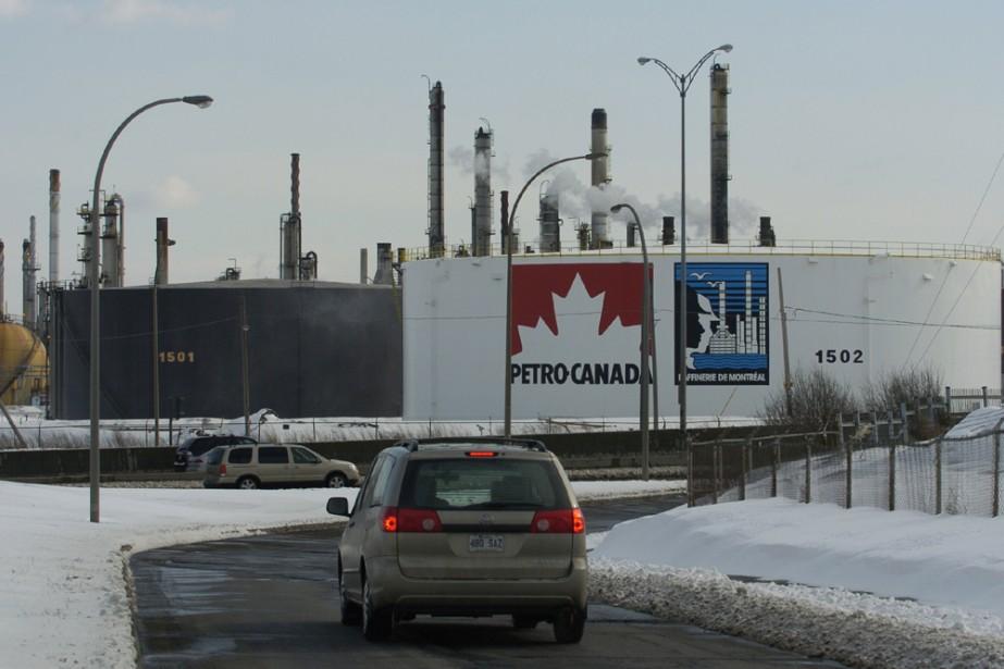 Hier soir, les travailleurs de la raffinerie Petro-Canada... (Photo: Robert Skinner, archives La Presse)