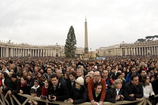 Des centaines de fidèles se sont rassemblés pour... (Photo: Reuters)