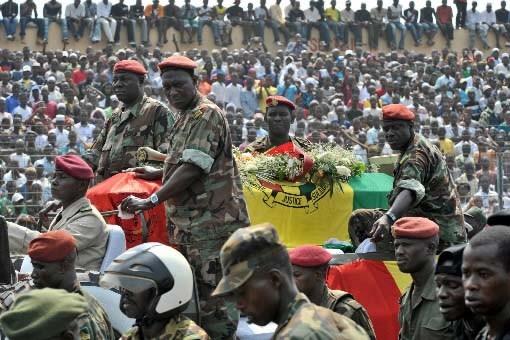 Des soldats guinéens entourent le cercueil du président... (Photo: AFP)
