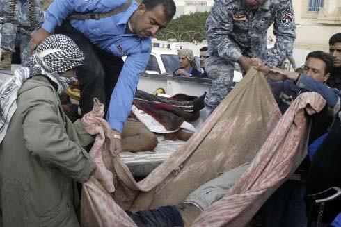 Des policiers transportent les corps de prisoniers tués... (Photo: Reuters)
