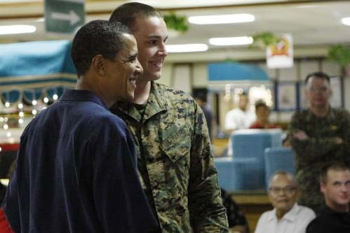 Barack Obama pose en compagnie d'un soldat à... (Photo: AP)