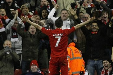 Robbie Keane célèbre son deuxième but.... (Photo: AP)
