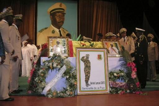 Des Guinéens participent aux funérailles du président décédé,... (Photo: Reuters)