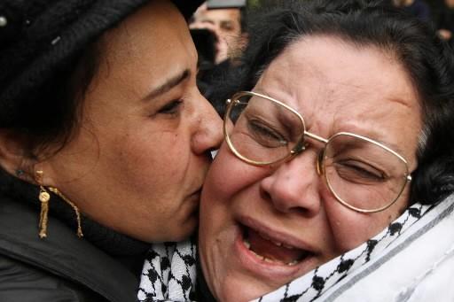 Des Palestiniens pleurent les morts.... (Photo: Reuters)