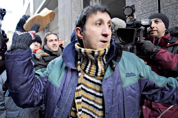 Imitant le geste du journaliste irakien Muntadhar Al-Zeidi,... (La Presse, Bernard Brault)