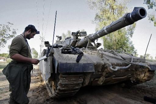Israël a commencé dimanche à la mi-journée à masser des chars et... (Photo: AFP)