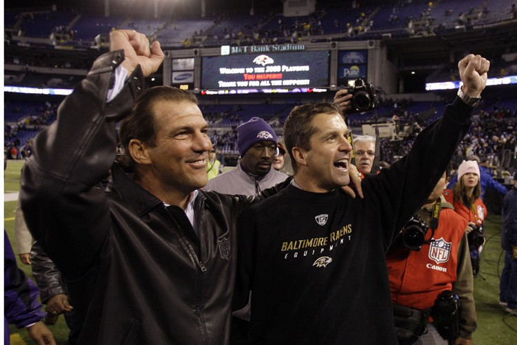 Le propriétaire des RavensSteve Bisciotti, à gauche, et... (Photo: AP)