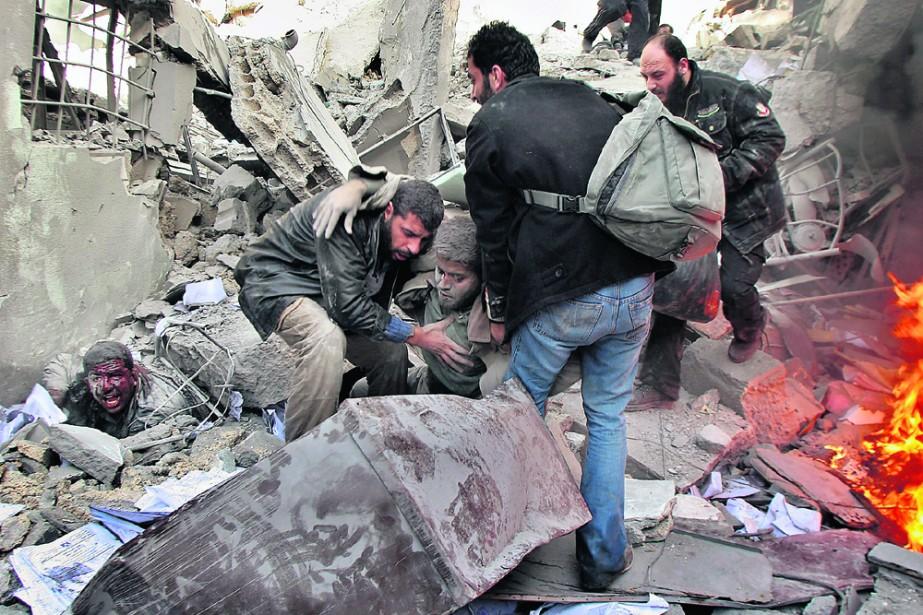 Des secouristes prêtent main-forte à des prisonniers blessés... (Photo: AP)