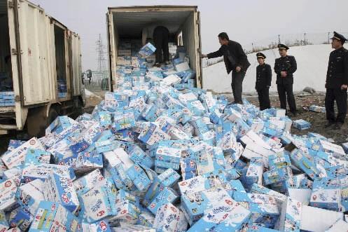 Une compagnie détruit du lait contaminé à la... (Photo: AFP)