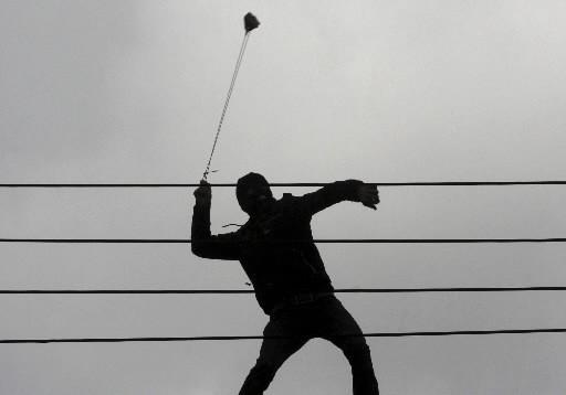 Un Palestinien avec un lance-pierre.... (Photo: AP)