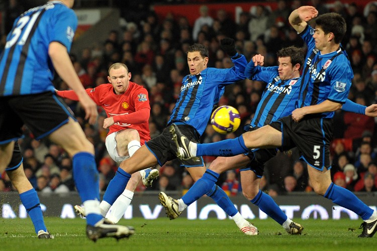 Wayne Rooney prend un tir au but à... (Photo: AFP)